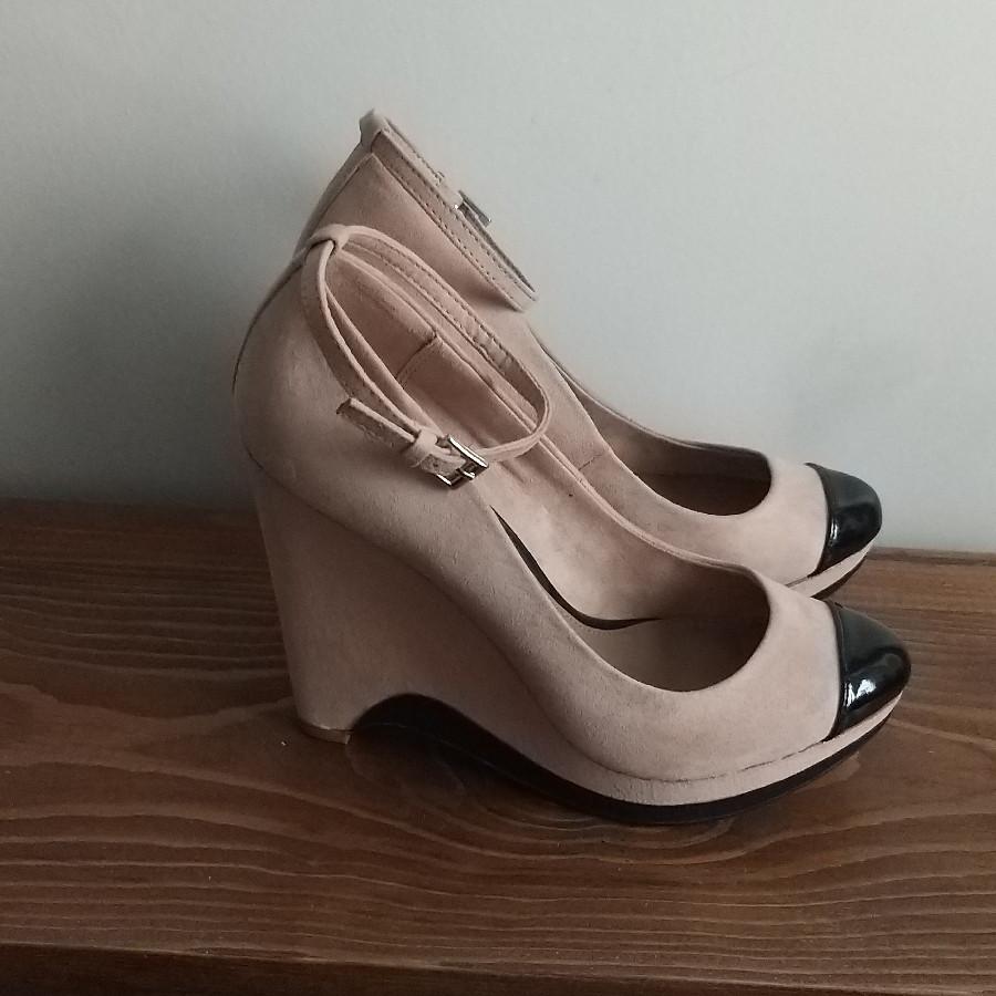 خرید   کفش   زنانه,فروش   کفش   شیک,خرید   کفش   کرم و نود خیلی خوشرنگ ،کاملا مشابه عکس   برشکا,آگهی   کفش   38,خرید اینترنتی   کفش   جدید   با قیمت مناسب
